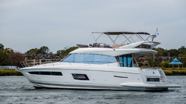 Prestige 550 Fly Port Side