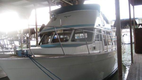 Tollycraft 34 Tri Cabin Sundeck