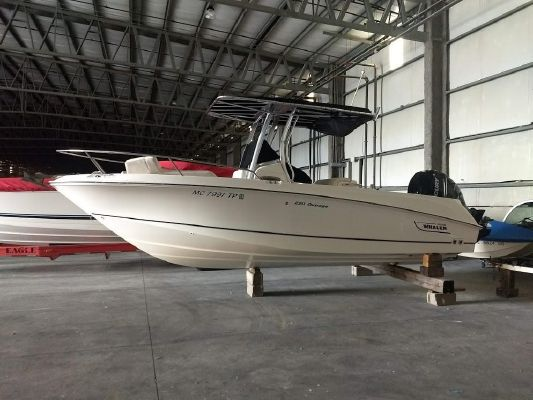 Boston Whaler 220 Outrage - main image
