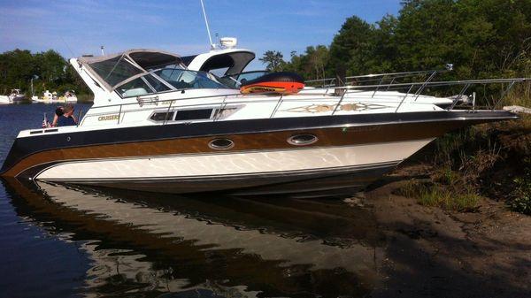 Cruisers 3270 Esprit Starboard in water