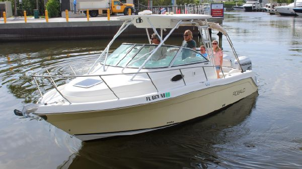 Robalo R-265 Walk Around