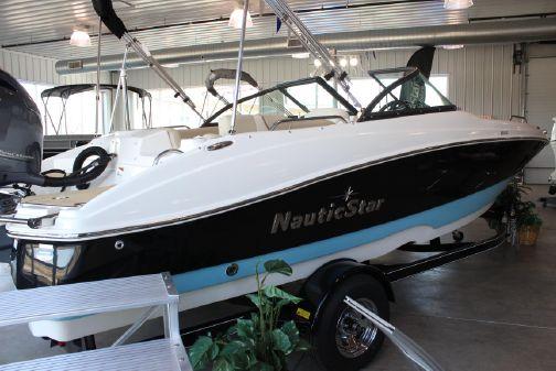 NauticStar 203DC Deck image