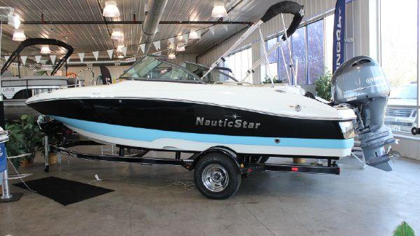 NauticStar 203DC Deck