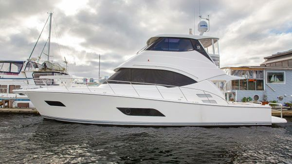 Riviera ENCLOSED FLYBRIDGE