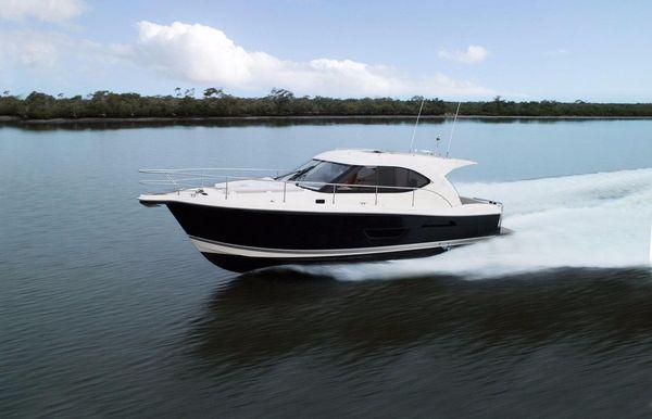 2018 Riviera 3600 Sport Yacht