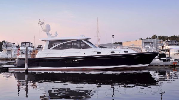 Hunt Yachts Hunt 52 Motoryacht Hold All Calls II