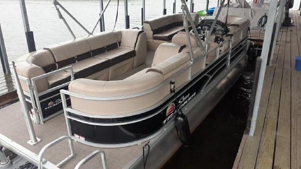 Sun Tracker 22 DLX XP3 Party Barge