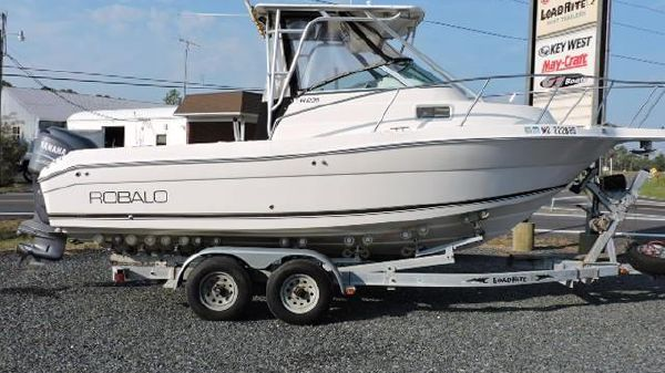 Robalo 235 Walk Around