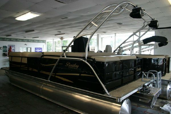 Bentley Pontoons 243 Tritoon - main image