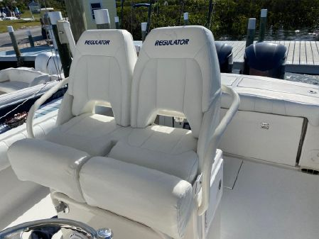Regulator 28 Forward Seating image