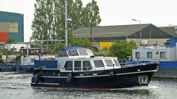 Monty Bank 43 Trawler Underway