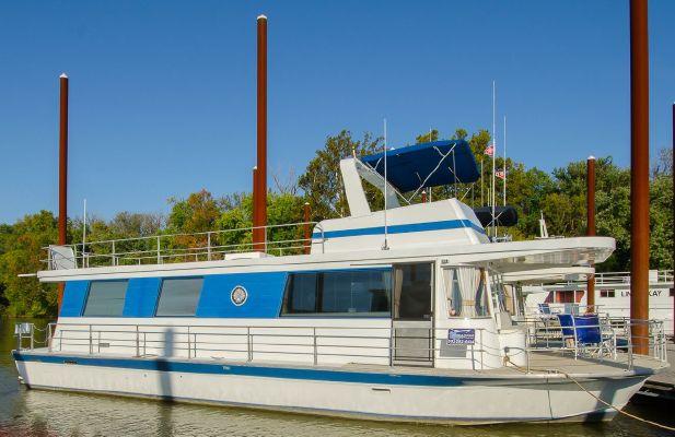 Pluckebaum Houseboat - main image