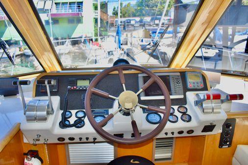 Navigator sedan image