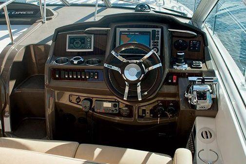 Cruisers Yachts 38 Express image