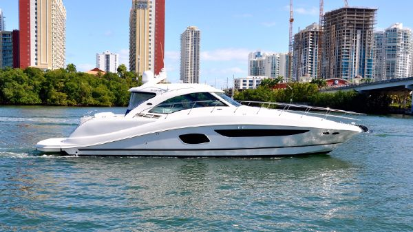 Sea Ray 580 Sundancer Starboard View