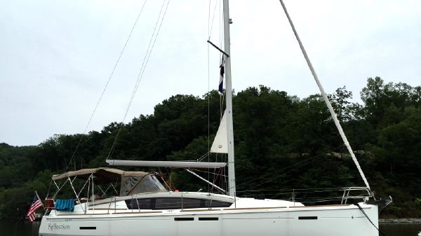 Jeanneau Sun Odyssey 44 DS At Anchor