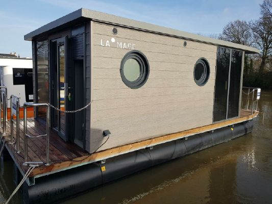 Waterlodge ONE Floating Studio Apartment - main image