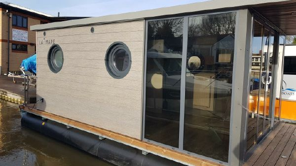 Waterlodge ONE Floating Studio Apartment