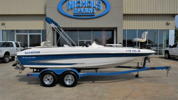 Glastron DS 205 deck boat