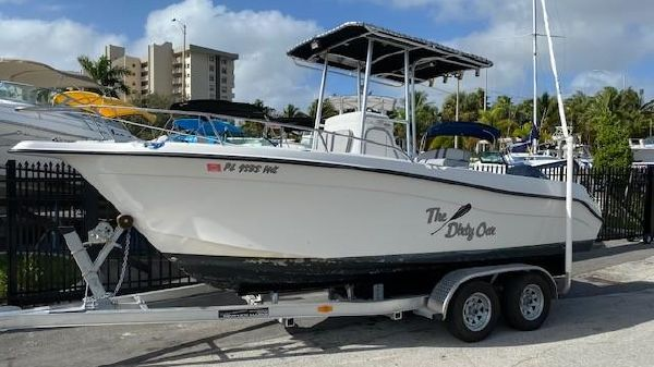 Seaswirl Striper 2100 Center Console