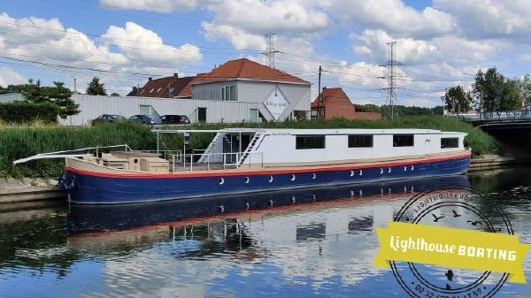 Houseboat spits 40m