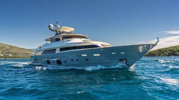 Ferretti Yachts Custom Line 33 Navetta