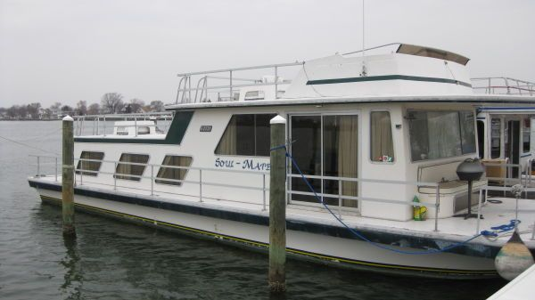Gibson 50 Flybridge Houseboat Photo 1