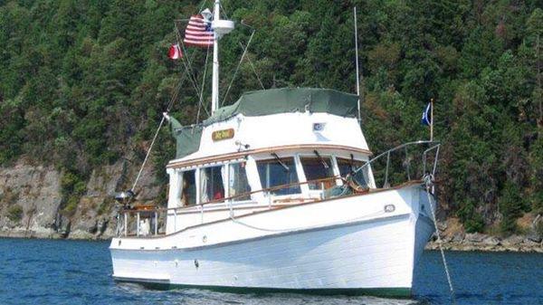 Grand Banks Flybridge Sedan Trawler 32 Grand Banks Flybridge Sedan - Exterior - Forward Quarter