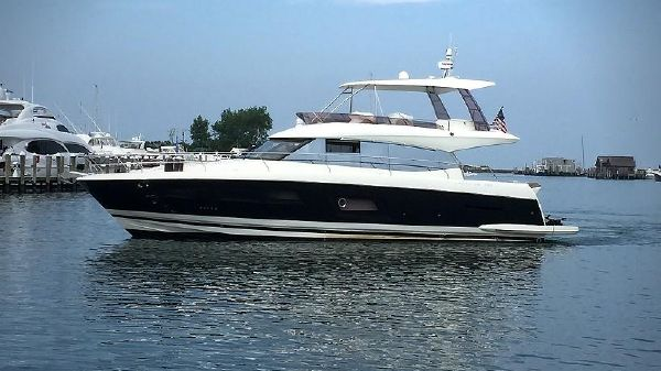 Prestige Yachts 550 Flybridge Port Side