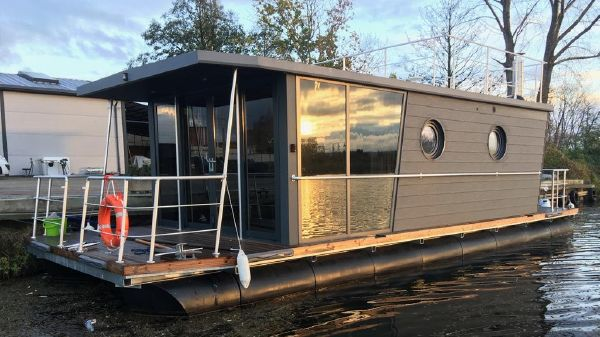 Waterlodge THREE Floating Studio Apartment