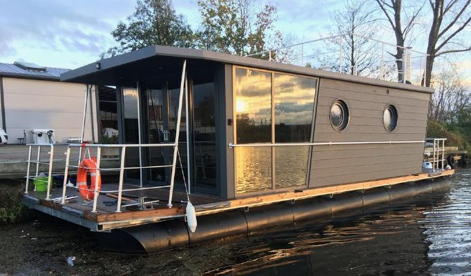 Waterlodge THREE Floating Studio Apartment - main image