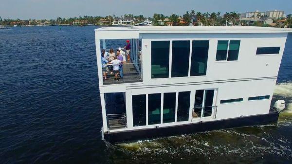 Houseboat Luxury Living Vessel
