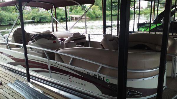 Sun Tracker Party Barge 22 Regency