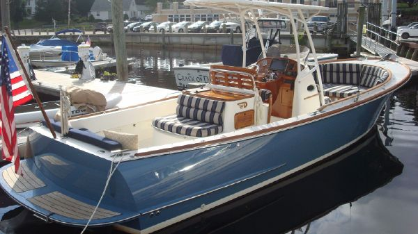 Hinckley Talaria 29C with T-Top Lucky Ducts
