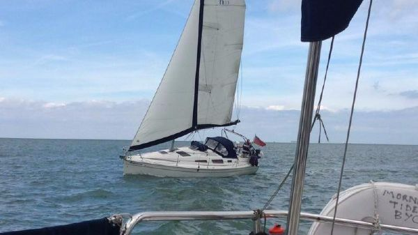 Hunter Legend 33 Twin Keel Good sail plan with huge roach mainsail and safe raised main track.