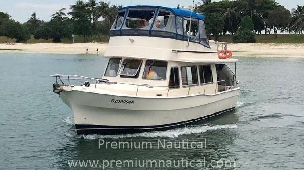 Mainship 400 Trawler Port Bow