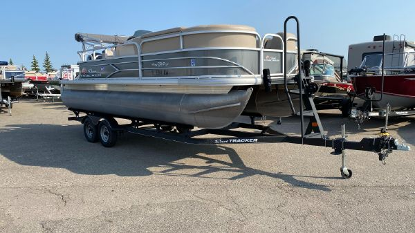 Sun Tracker Party Barge 20DLX
