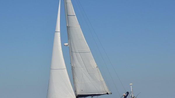 Jeanneau 39 DS Performance Under sail