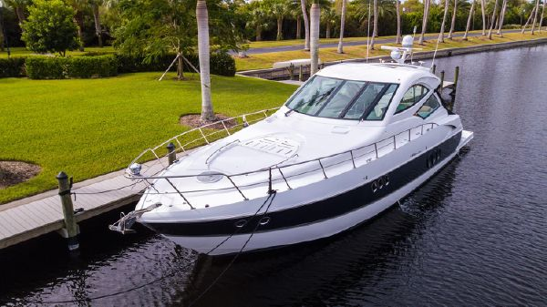 Cruisers Yachts 520 Sports Coupe.