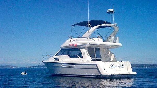 Bayliner 3788 Motor Yacht 3788 TD Bayliner at Anchor in the Sound