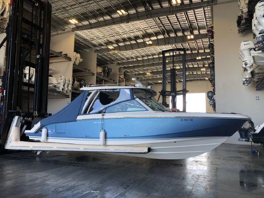 Boston Whaler 320 Vantage - main image
