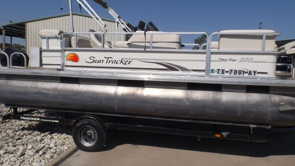 Sun Tracker PARTY BARGE 200 Classic Series
