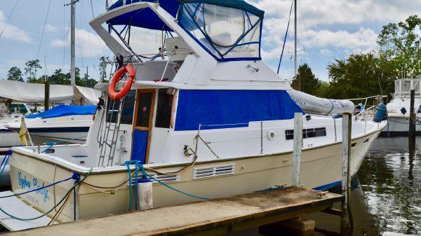Bayliner 3870 Motor Yacht At Dock