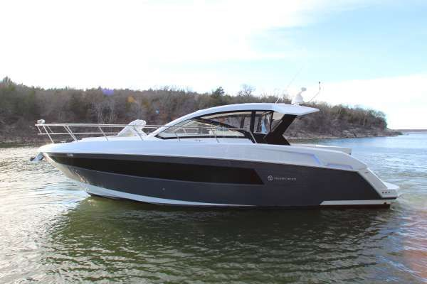 Cruisers Yachts 39 Express Coupe - main image