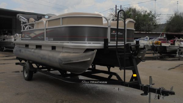Sun Tracker Party Barge 18DLX