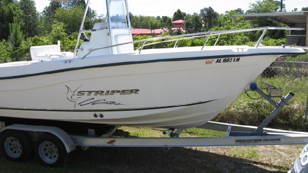 Seaswirl Striper 2101 Center Console O/B