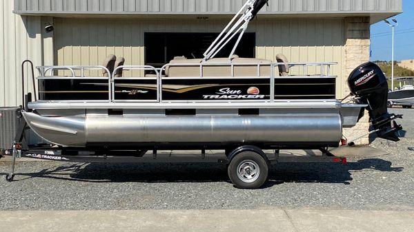Sun Tracker Bass Buggy 18 DLX