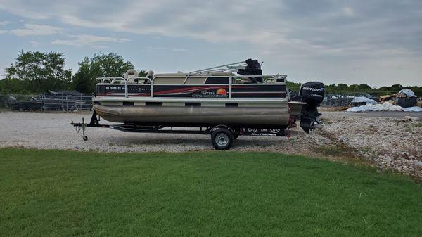 Sun Tracker Fishin' Barge 22 DLX w/ 25 ELPT FourStroke