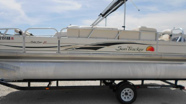 Sun Tracker FISHIN' BARGE 21 Signature Series