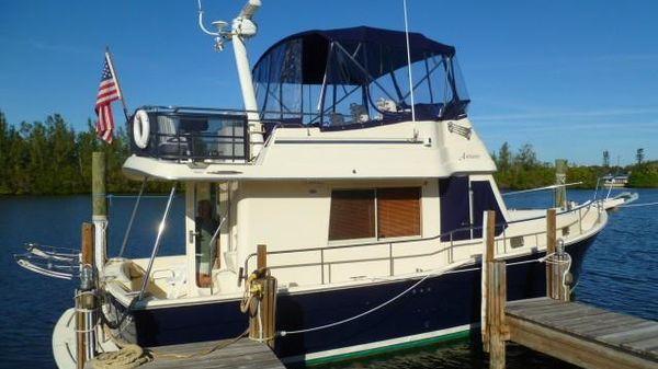 Mainship Flybridge Fast Trawler 34' Starboardside Profile